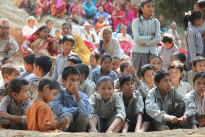 村じゅうの人々が集まった