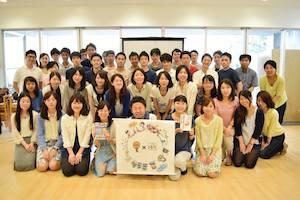 太田英基さんを囲んで、みんなで記念撮影