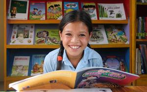 贈られた絵本が並ぶ、Nepalの図書室