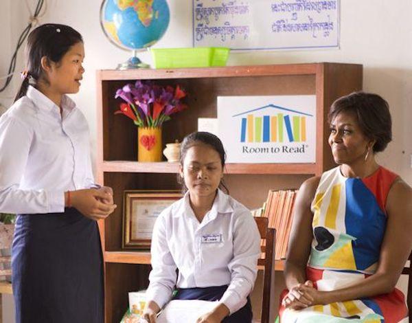 <ルーム・トゥ・リードが支援する学校で女子学生と対談するミシェル・オバマ大統領夫人>