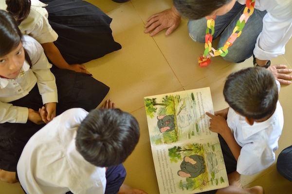 小学校の図書室で、4年生の子達がクメール語の本を読んでくれました。