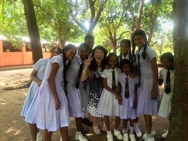 【寄付によって建ったスリランカの図書館を訪問した社員の話に、忘れていた願いを思い出した。】