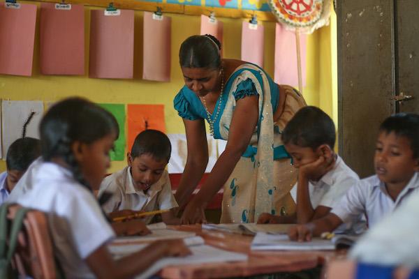 【子ども達とコミュニティの自立を目指した教育支援 (写真提供:ルーム・トゥ・リード)】