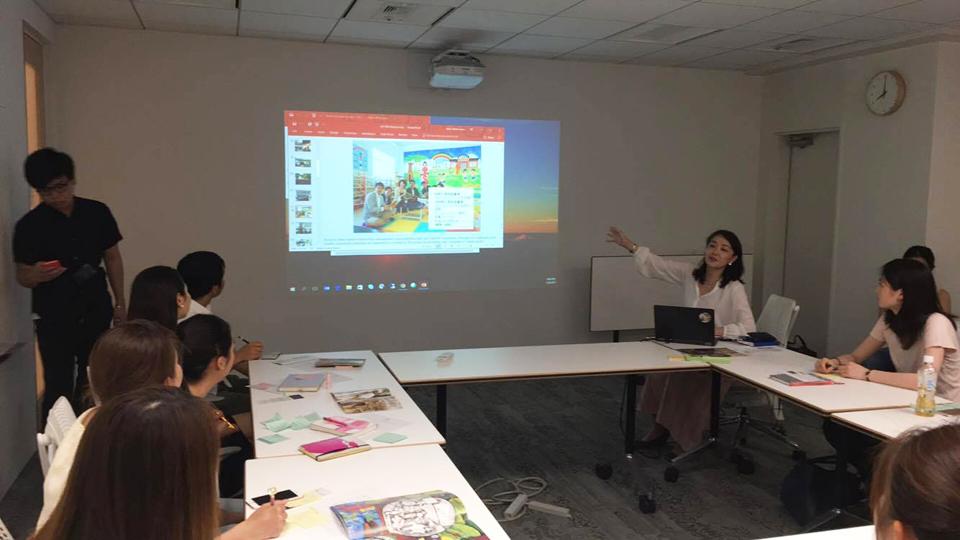 2月に訪れたベトナムの図書館について説明する日本事務局長の松丸。