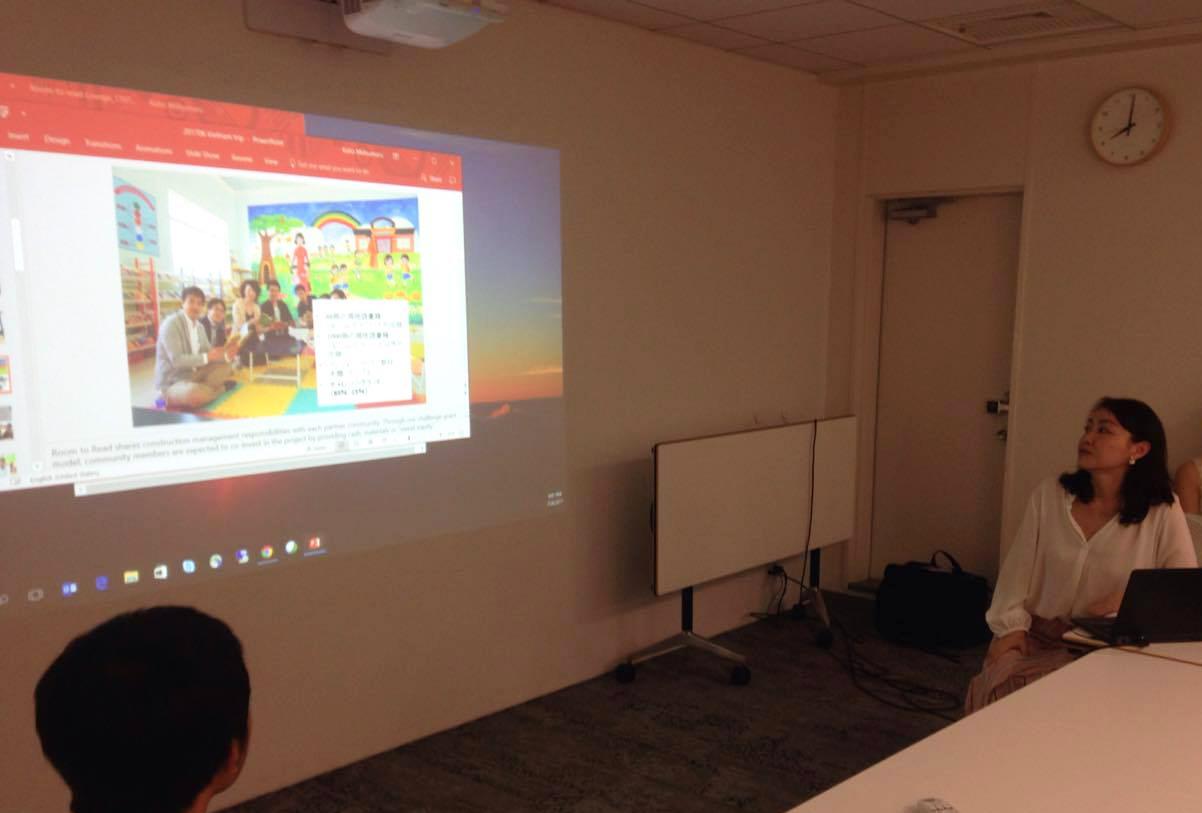 ルーム・トゥ・リード支援で図書室を建てたベナムの学校訪問について説明する松丸。