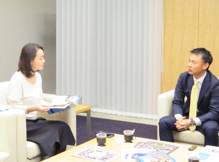 聞き手:ルーム・トゥ・リード・ジャパン事務局長の松丸(左)