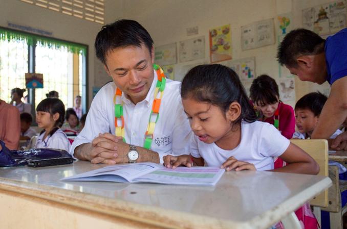 アビームが支援するカンボジアの小学校でのクメール語の授業に参加する矢野さん